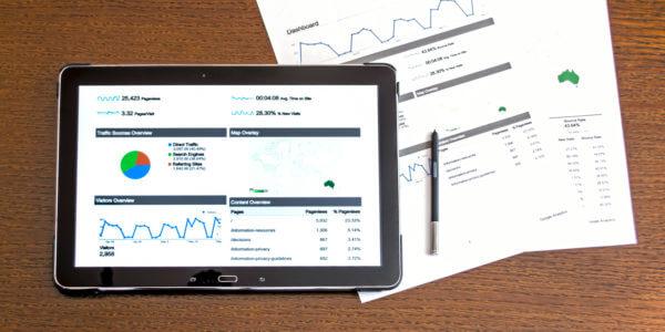 Tablet mit Google Analytics Grafik